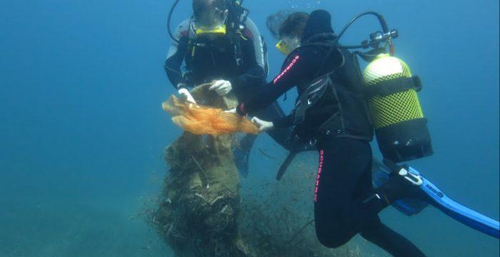 Voluntarios sacan del mar cuatro barcos y toneladas de residuos en Canarias
