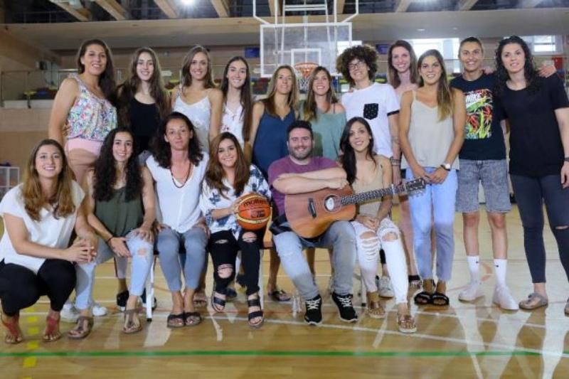 Las jugadoras, junto a la cantante Marta Soto. / FEB