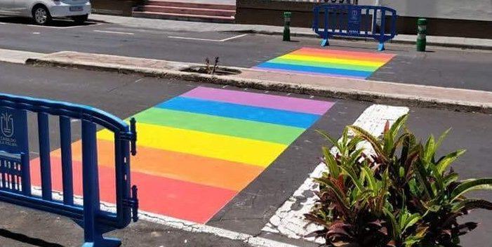 Pintan un paso de peatones con los colores de la bandera LGTBI en La Palma