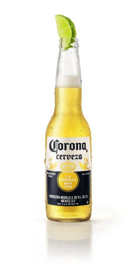 Corona botella: el típico servicio, con una rodaja de lima, de la marca mexicana Corona.
