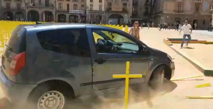 Un coche embiste y arrasa con las cruces amarillas instaladas en la Plaza de Vic