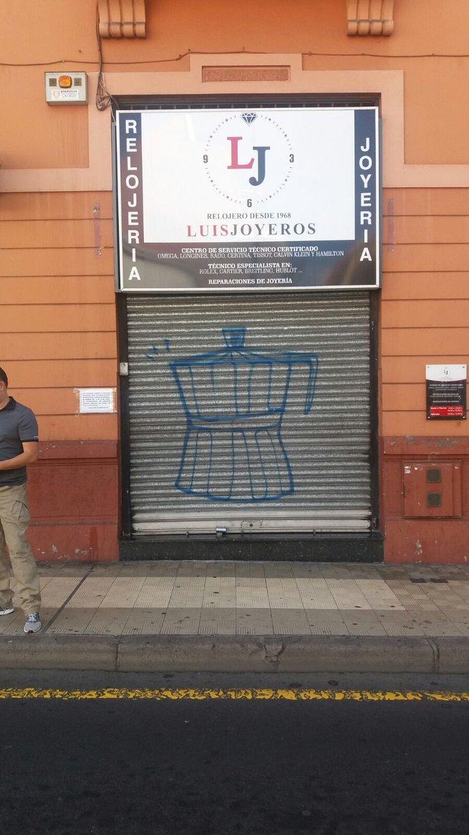 Una fachada de un comercio, con la cafetera pintada. / TWITTER POLICÍA LOCAL SC