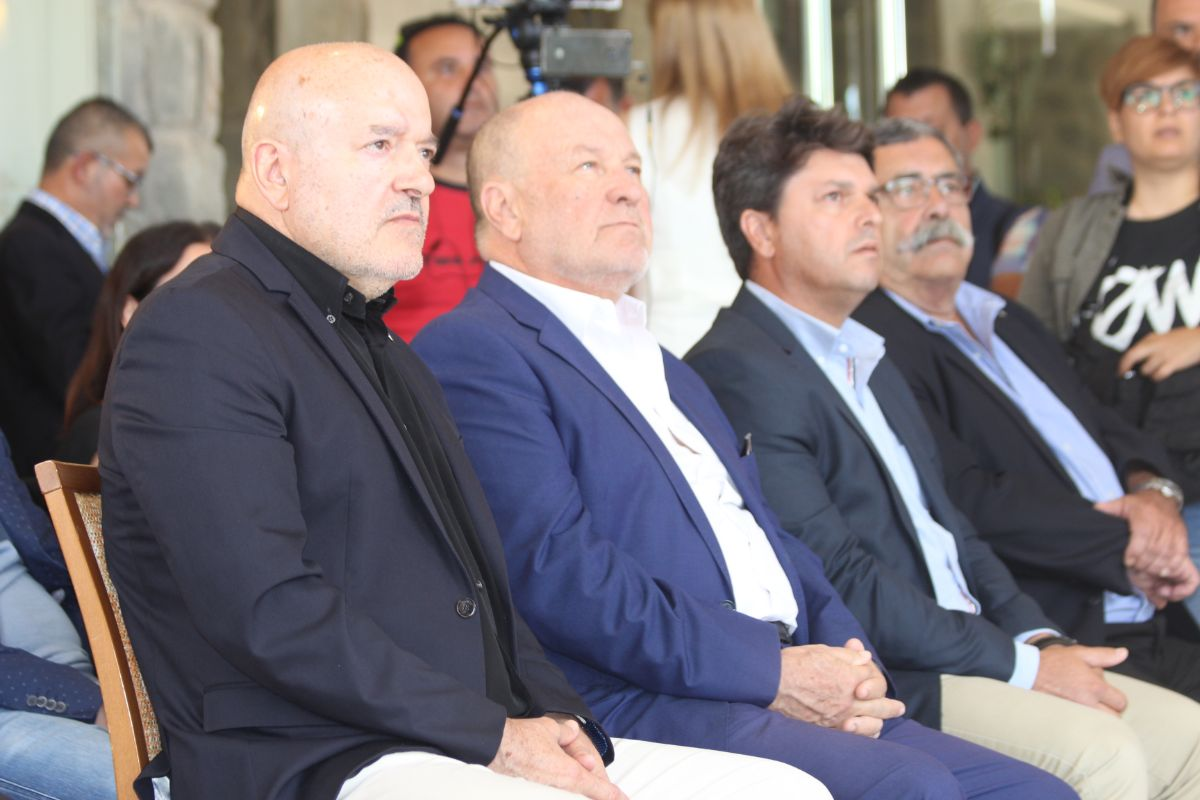 Patrocinadores, responsables políticos y dirigentes del club posaron ayer, tras el acto, con el Teide de fondo, lugar escogido para la presentación. Martín-Travieso