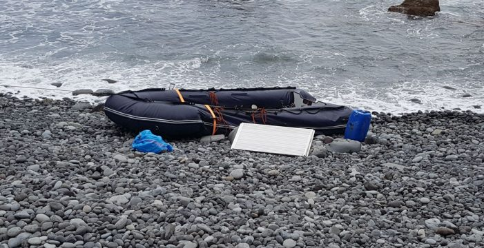 Aparece una narcopatera abandonada en la costa de San Juan de la Rambla