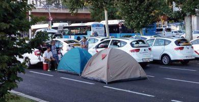 Taxistas de Madrid en huelga acuerdan continuar acampados en la Castellana un día más.   EP