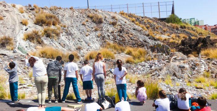 La lucha de unos niños de Añaza para acabar con un enorme vertedero ilegal que rodea su colegio