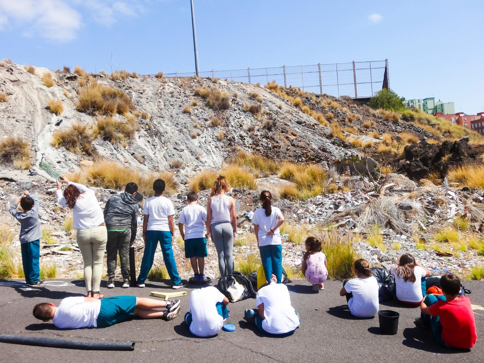 Alumnos del colegio Secundino Delgado, frente al vertedero ilegal en Añaza. / ziREjA