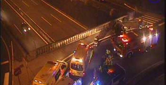 Al menos dos heridos, uno muy grave, tras un vuelco en el puente de Los Rodeos