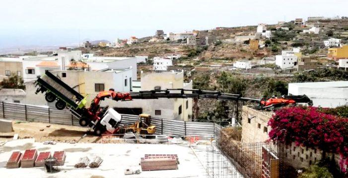 Vuelca una grúa en las obras de la plaza de Arico