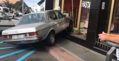 Un coche se empotra contra una tienda en Icod. / L@S JARDINER@S