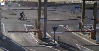 El ciclista, segundos antes de ser atropellado. / YOUTUBE