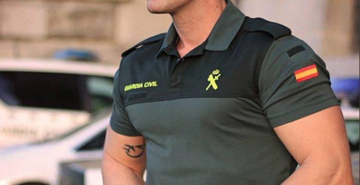 """La Guardia Civil comparte una foto de un 'agente buenorro' y en Twitter """"dan ganas de delinquir"""""""