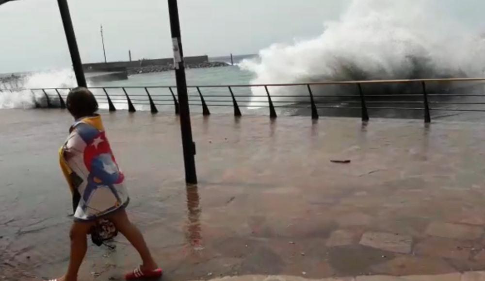 Las olas golpearon con fuerza en varias zonas del litoral isleño. DA