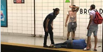 Los tres jóvenes, junto al invidente nada más ser rescatado. / FACEBOOK