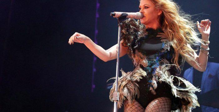 Paulina Rubio se hace un 'Amaia Montero' y olvida la letra en pleno concierto