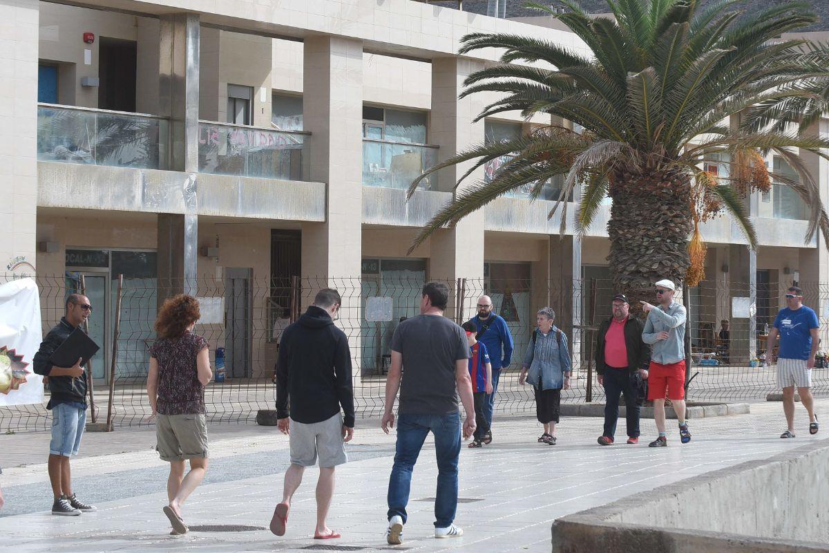 Los turistas no disimulan su asombro al paso por esta zona de camino al centro de Los Cristianos. S. M.