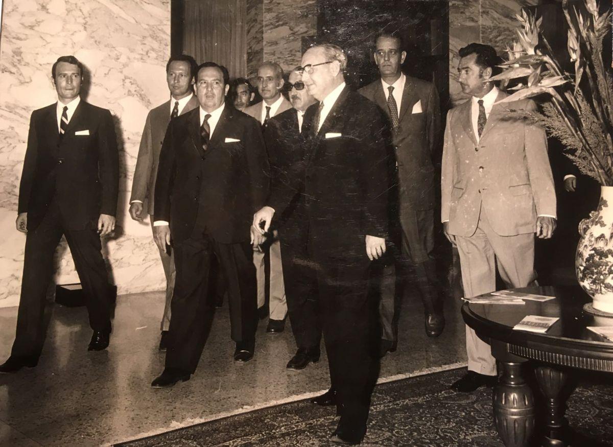 Sánchez Bella, en el hotel Taoro. De izquierda                  a  derecha, el alcalde portuense Felipe Machado; el gobernador civil, Elorriaga; el ministro; el delegado de Turismo, Delgado Aranda; Opelio Rodríguez y Ángel Piñeiro. DA