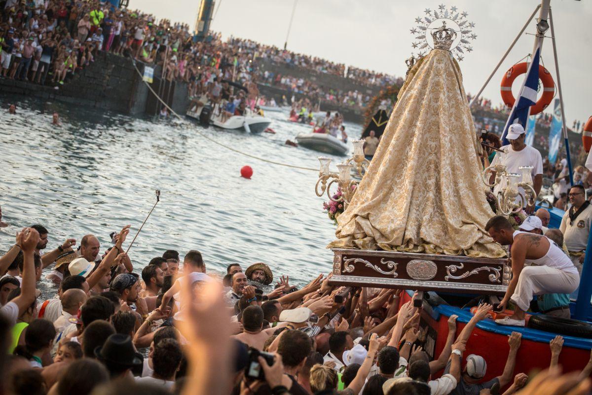Miles de personas se darán cita hoy en el muelle pesquero del Puerto de la Cruz para acompañar a la Virgen del Carmen. Andrés Gutiérrez