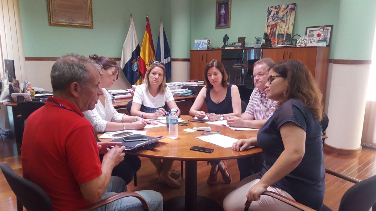 La alcaldesa, Mari Brito, y los ediles de Urbanismo y Participación Ciudadana, junto a técnicas municipales. DA