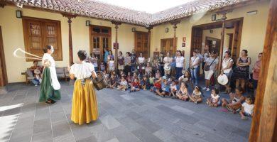 Los niños y niñas de Candelaria también aprenden en las fiestas. DA