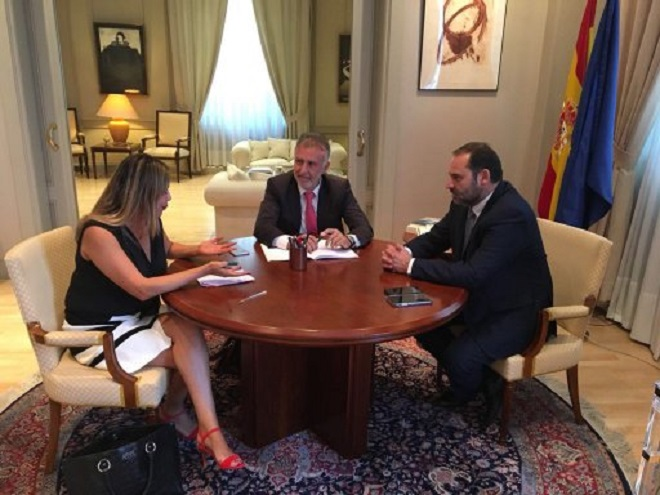 El secretario general de los socialistas canarios, Ángel Víctor Torres, en el centro, flanqueado por Dolores Corujo, portavoz parlamentaria, y el ministro de Fomento, José Luis Ábalos. DA