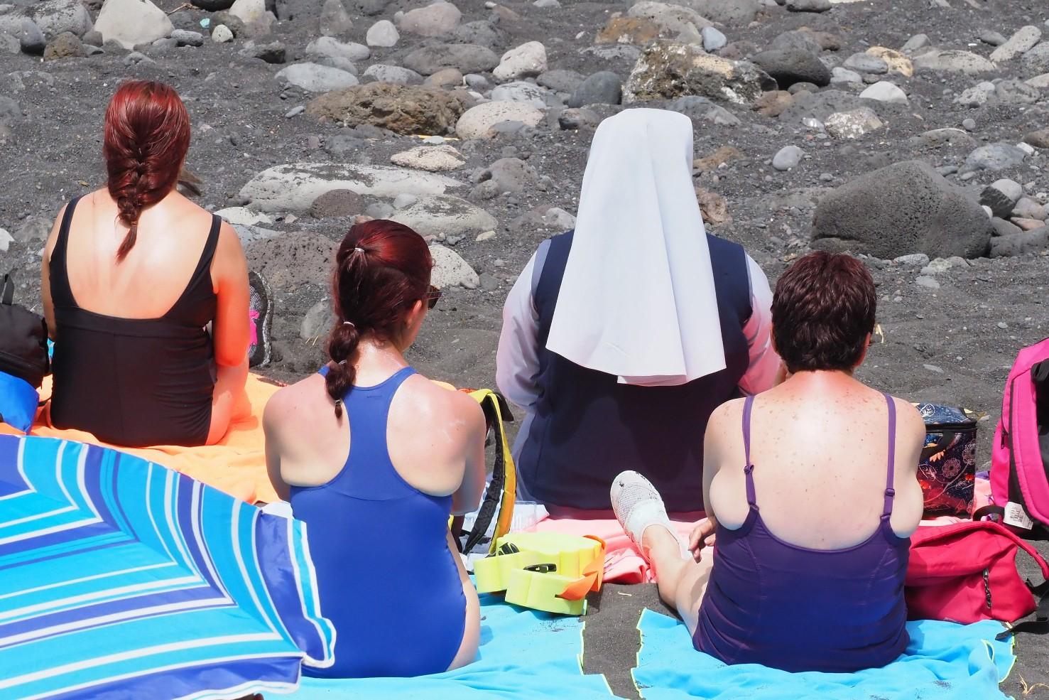 Una monja tomando el sol