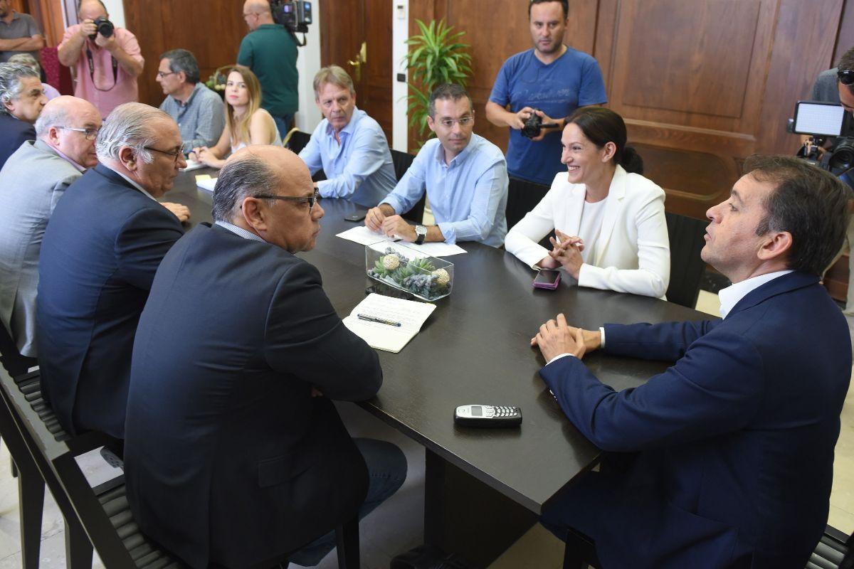 El alcalde y el consejero regional de Justicia presidieron ayer la reunión mantenida en el Ayuntamiento de Santa Cruz, en la que se acordó que los nuevos juzgados se ubiquen en Cabo Llanos. Sergio Méndez
