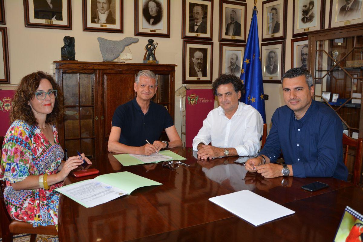 El alcalde Francisco Linares y Fernando Menis firmaron ayer el acuerdo. DA