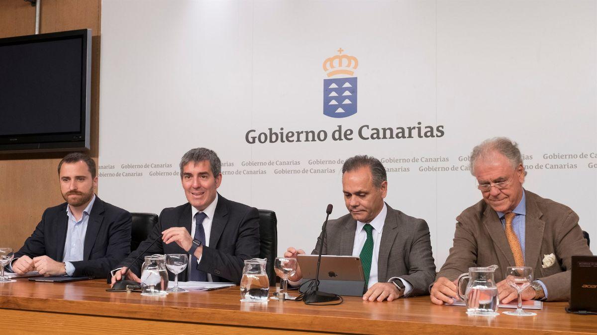 Imagen de los representantes empresariales y políticos durante la presentación del informe ayer. Europa Press