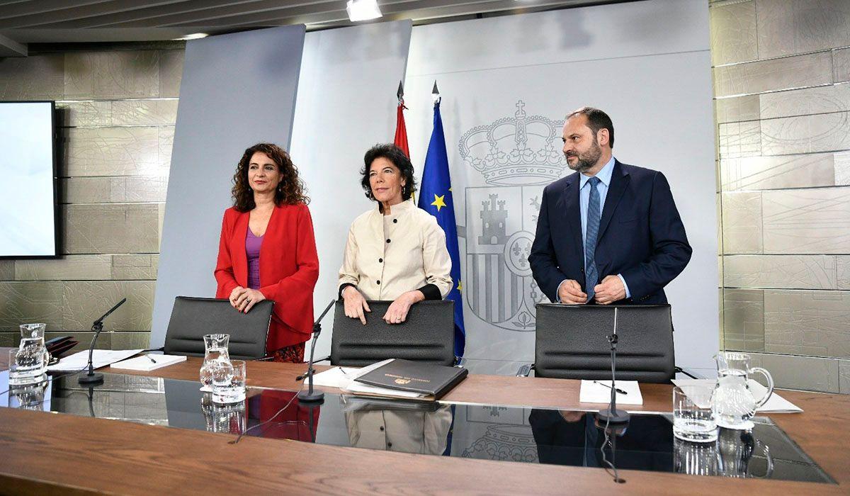 Imagen de la rueda de prensa posterior al Consejo de Ministros donde se aprobó el descuento del 75%. A la derecha, el ministro de Fomento, José Luis Ábalos. DA