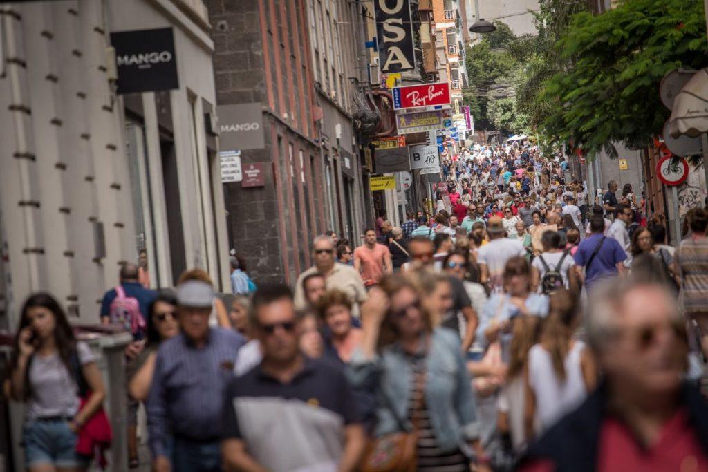 La calle Castillo es una de las principales vías en las que los captadores de ONG y comerciales varios ejercen su actividad, ahora regulada y limitada. A. G.