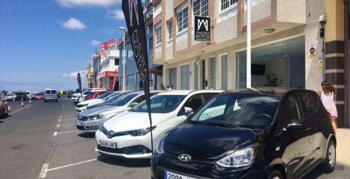 Denuncian la ocupación de aparcamientos públicos por los concesionarios de coches