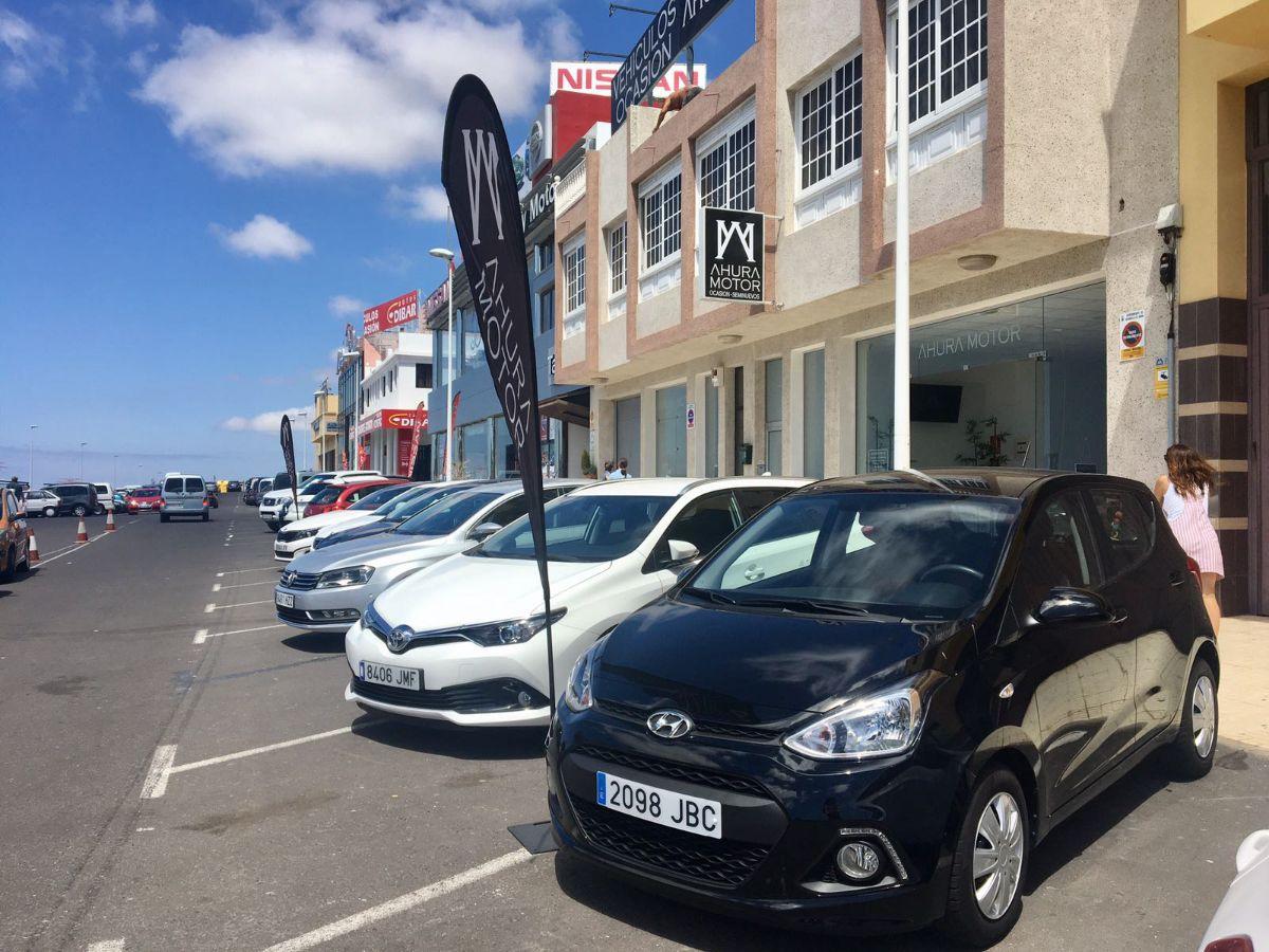 Los aparcamientos de la calle son ocupados por vehículos que ponen a la venta los concesionarios. DA
