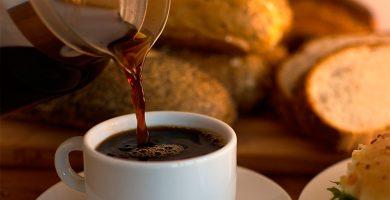 """Un tuitero descubre la """"moda"""" de mojar pan en café y desata las risas en la red"""