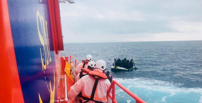 Más de 330 personas, cien menores entre ellas, llegan en patera a las costas andaluzas