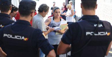 Tamara González se afanaba ayer en enseñar los papeles que acreditan su situación de exclusión para evitar que el desahucio se llevara a cabo. Sergio Méndez