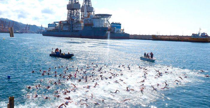 El muelle de Santa Cruz se vuelca con los 250 nadadores solidarios de la Travesía a Nado Farola del Mar 2018