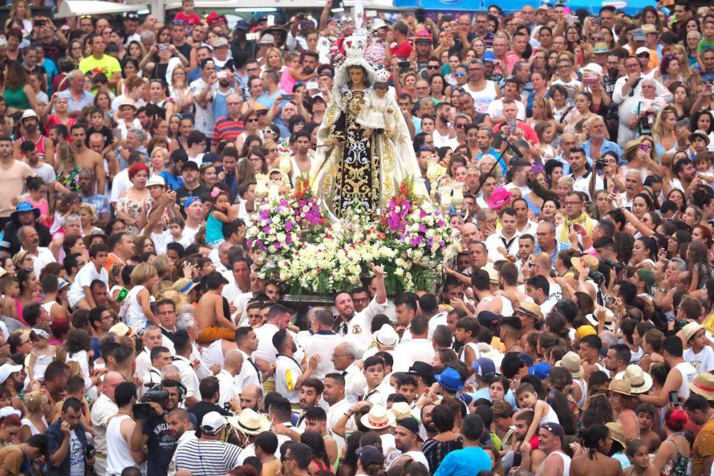 El muelle portuense se volvió a quedar         pequeño para acoger a una auténtica muchedumbre que no se quiso perder el embarque de la Virgen del Carmen. Sergio Méndez