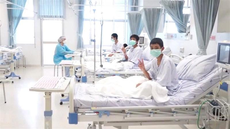 Los niños rescatados en Tailandia saludan desde el hospital. | EP