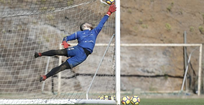 El CD Tenerife reitera: no han llegado ofertas por Carlos Abad