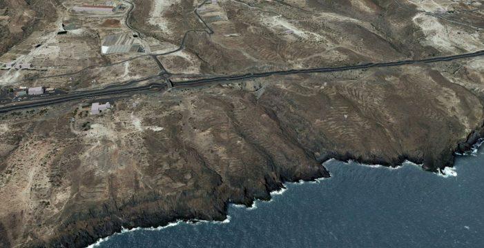 Un vertido de aguas residuales de una granja de cochinos llega a la costa de Fasnia
