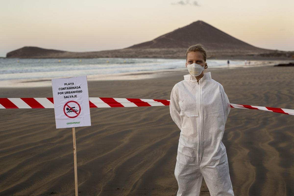 Greenpeace 'cierra' varias playas tinerfeñas en protesta por los vertidos. / GREENPEACE