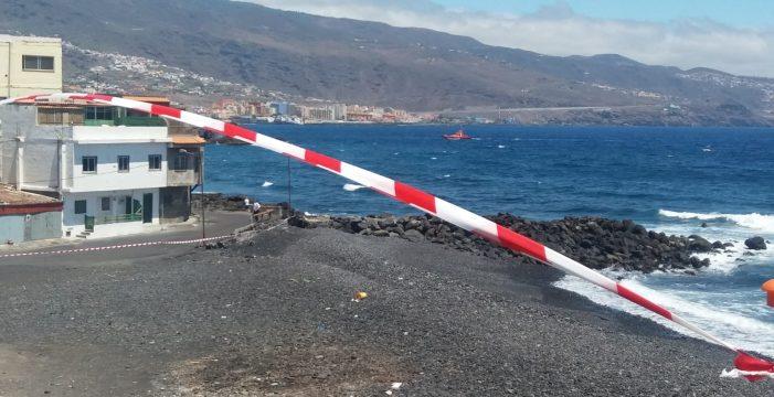 """Cierran varias playas de Candelaria, Arafo y Güímar tras aparecer un """"río de piche"""" llegando al mar"""