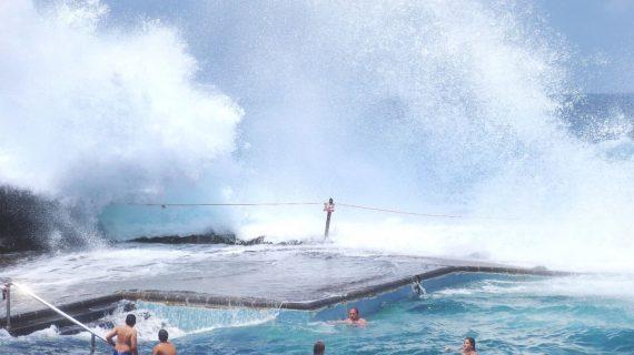 El fuerte oleaje retrasó hasta el baño de la sirena en Bajamar; otros ni se lo pensaron