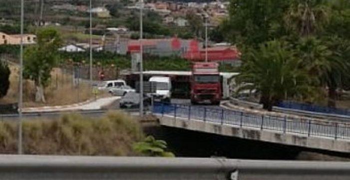 El aparatoso vuelco de un camión en La Orotava provoca retenciones en la TF-5