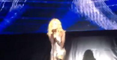 Marta Sánchez, muestra los pechos traicionada por su vestido en plena actuación
