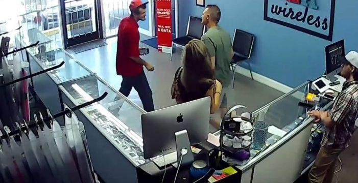 Da un puñetazo a un hombre por mirar a su novia y ella lo obliga a disculparse