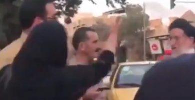 La reacción viral de una mujer iraní: se arranca el velo tras ser amenazada por un clérigo