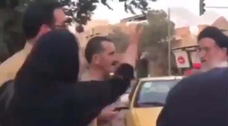 La mujer iraní, enfrentándose al clérigo. / TWITTER