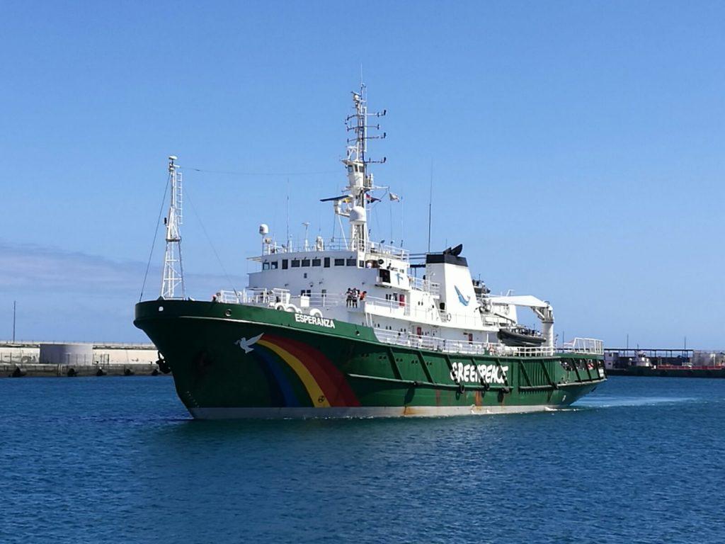 Barco Esperanza de Greenpeace, a su llegada a Tenerife. | Foto: Sergio Méndez